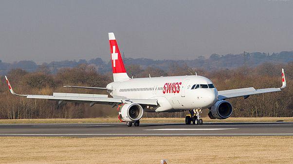 Kein Schampus mehr: Flugreisende randaliert, Pilot landet