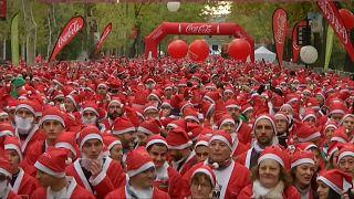 Weihnachtsmänner rennen durch Madrid