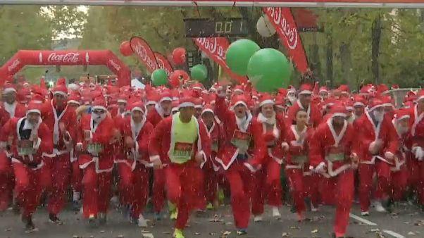 Carrera solidaria de miles de Papá Noel por las calles de Madrid