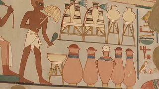 شاهد.. قطعٌ فرعونيةٌ جديدة مدفونة في مقبرتين أثريتين في الأقصر