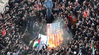 Proteste in Istanbul, bei denen eine US-Flagge verbrannt wird
