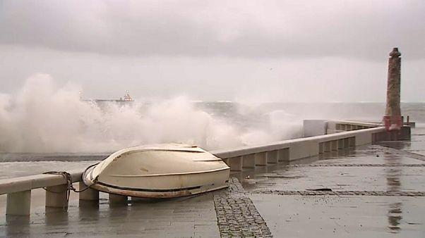 La tormenta Ana azota el noroeste de España y el norte de Portugal