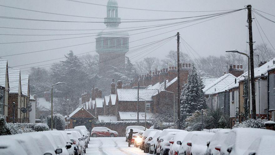 Tempesta di neve nel Regno Unito, gravi disagi nei trasporti