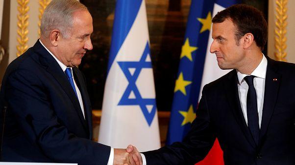 الرئيس الفرنسي إيمانويل ماكرون ورئيس الوزراء الإسرائيلي بنيامين نتنياهو
