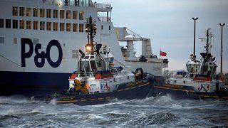 Un navire échoué dans le port de Calais