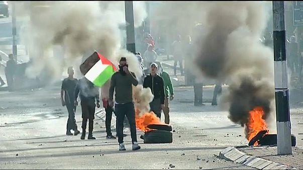 Aufgebrachte Palästinenser liefern sich heftige Zusammenstöße mit israelischen Sicherheitskräften.