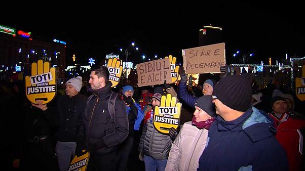 Milhares de romenos prosseguem luta contra reforma da Justiça