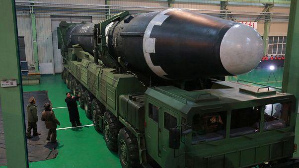 زعيم كوريا الشمالية كيم جونغ أون يشاهد صاروخ باليستي عابر للقارات