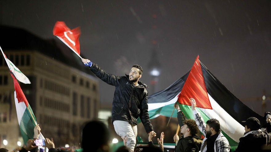 تعليق رسمي ألماني شديد اللهجة على حرق علم اسرائيل في مظاهرة للتضامن مع القدس
