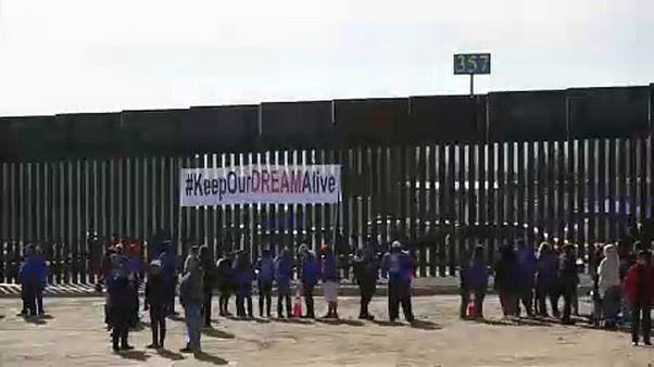 Szétszakított családok tüntettek a mexikói határnál