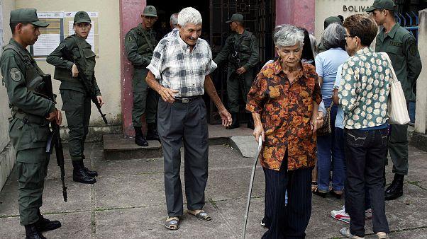 Eleitores à saída de uma assembleia de voto