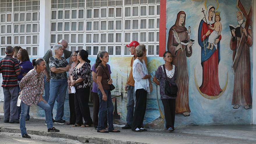 Persone in coda al seggio a Maracaibo, Venezuela