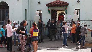 Algunos electores eran abordados a la entrada de los colegios
