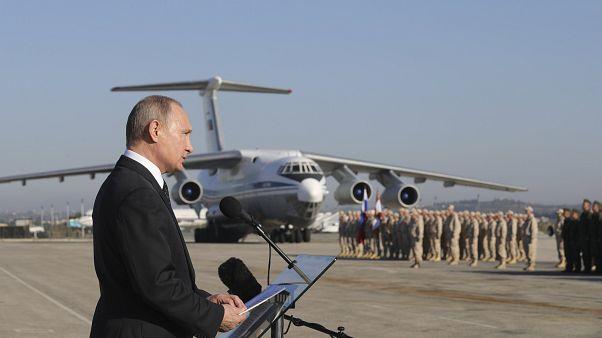 Putin vor russischen Truppen auf der Militärbasis Hmeimim in Syrien.