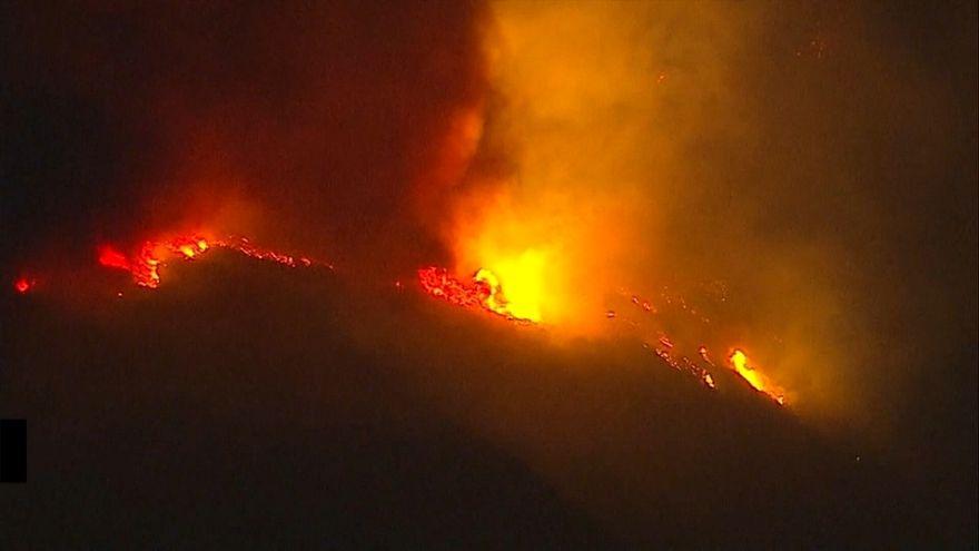 Пламя подбирается к Санта-Барбаре