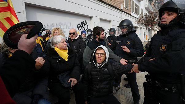 Protesto contra devolução de peças de arte termina em confrontos
