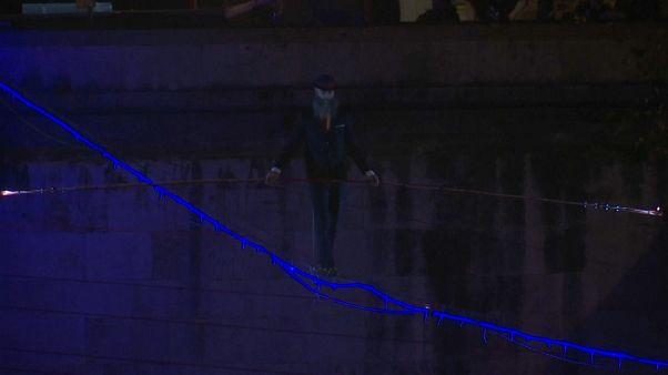 Un funambule traverse le Tibre