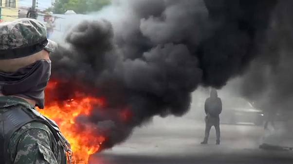 Un militar observa a un manifestante en Tegucigalpa