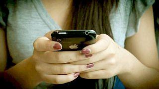 حظر الهواتف الذكية من المدارس الفرنسية في 2018