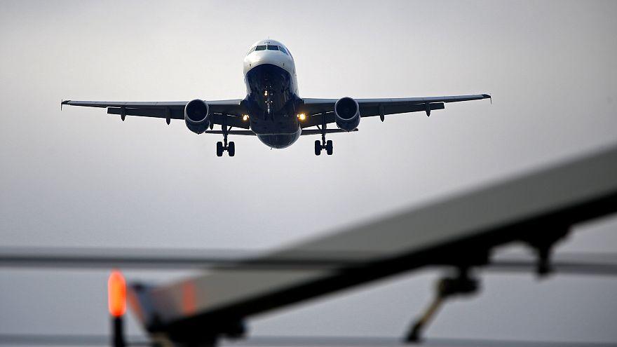 شاهد: سيدة تهدد بقتل ركاب طائرة بسبب سيجارة
