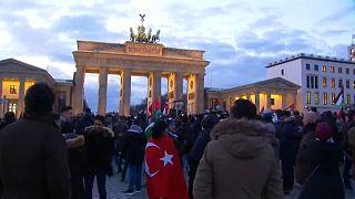 Merkel: nem lesz több zászlóégetés!