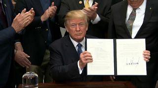 Donald Trump muestra firmada la Directiva de Política Espacial 1
