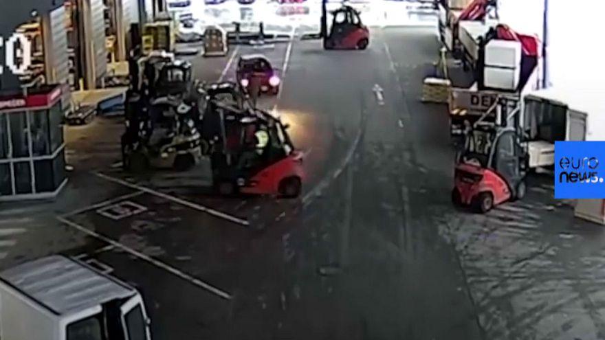 جمهوری چک؛ کارگران سوار بر لیفتراک مانع فرار خودرو دزدان شدند