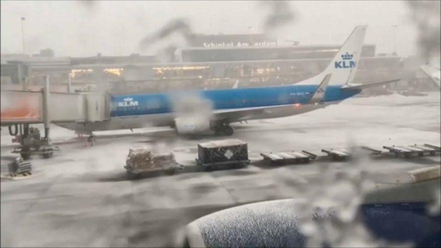El aeropuerto de Amsterdam paralizado por el temporal de nieve