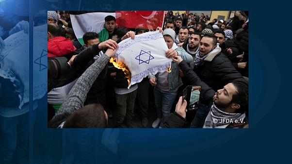 Немецкие политики осудили сожжение израильских флагов