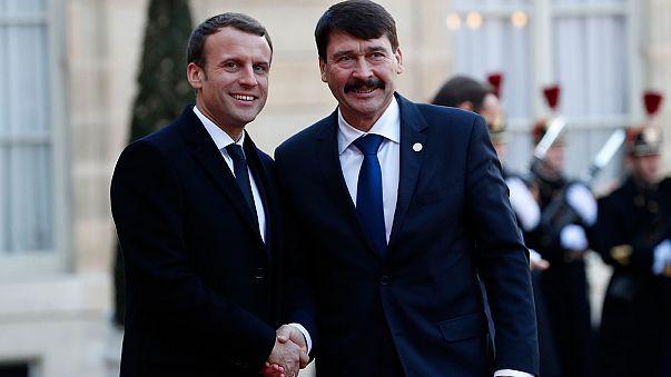 Emmanuel Macron fogadja a megbeszélésükre érkező Áder Jánost