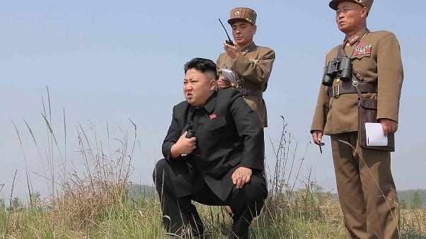 كيم يقلد علماء الصواريخ اوسمة ويتعهد بتصنيع المزيد من الأسلحة