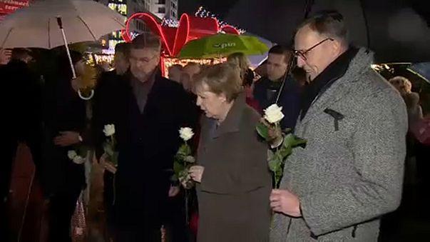 Merkel a berlini merénylet helyszínén bukkant fel