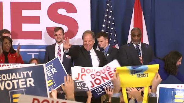 Doug Jones saluda a sus seguidores tras la victoria