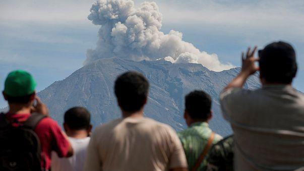 Timelapse - Bali, fuoco e fiamme sulla cima del monte Agung
