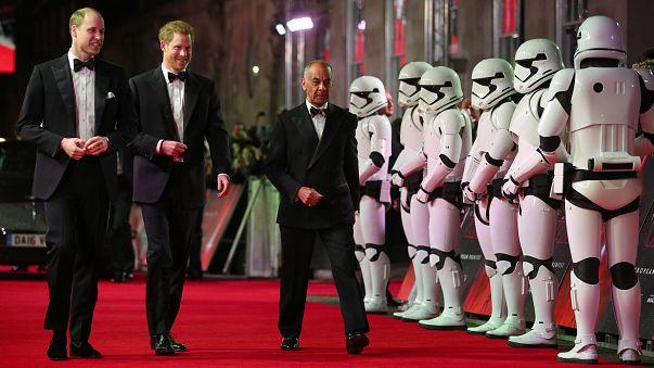 Die Prinzen William und Harry mit Stormtrooper-Garde