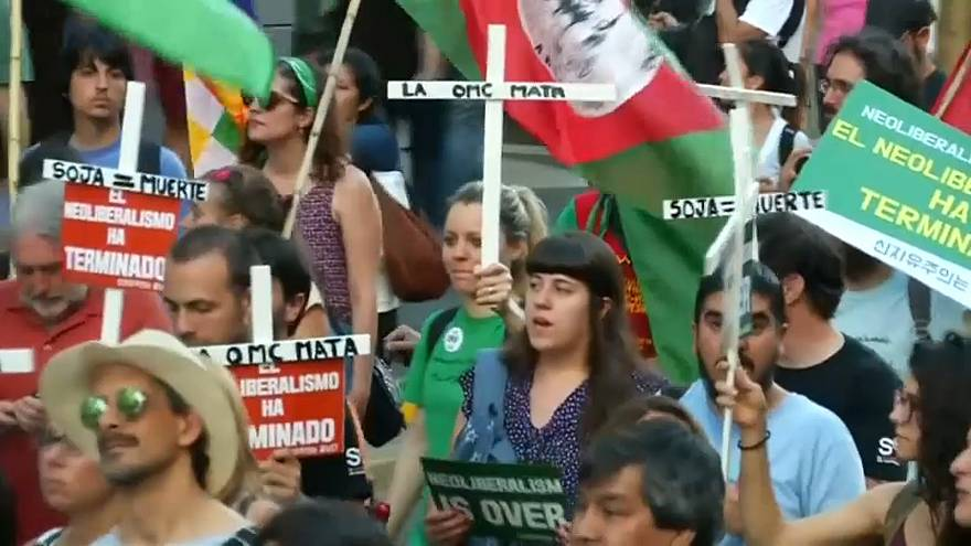 Buenos Aires'te Dünya Ticaret Örgütü'ne karşı yapılan eylemlerde gözaltı