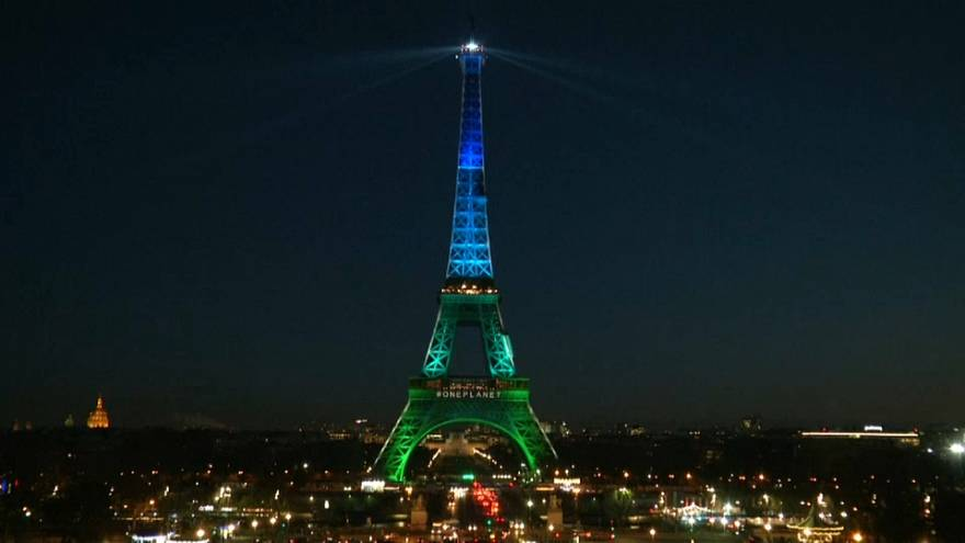 Paris İklim Zirvesi nedeniyle mavi yeşile büründü