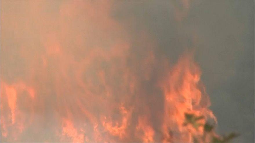 Lucha sin descanso contra el fuego en California
