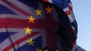 Le due bandiere sovrapposte fuori dal parlamento UK a Londra