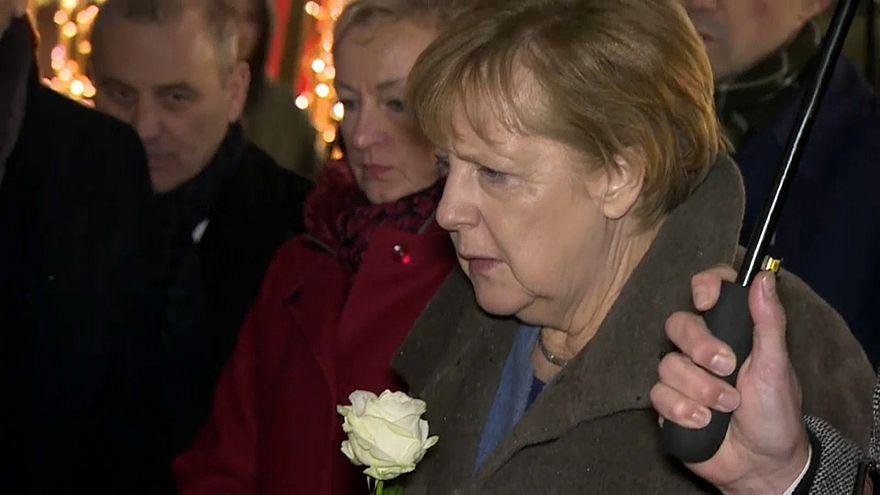 Berlino: Merkel visita il mercatino di Natale teatro di attentato un anno fa
