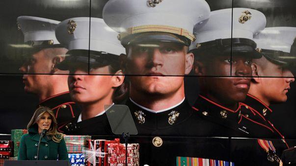 ميلانيا ترامب تقدم هدايا العيد للأطفال في قاعدة عسكرية بواشنطن