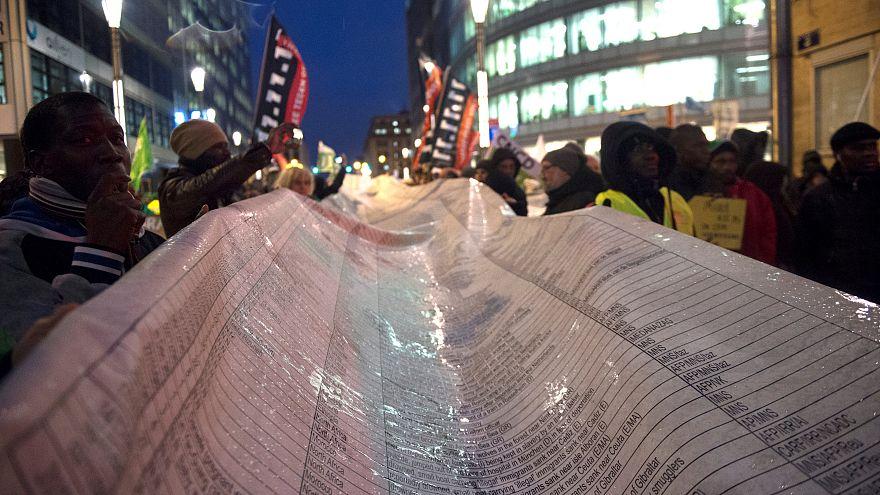 déploiement d'une banderole où figurent les noms des migrants morts