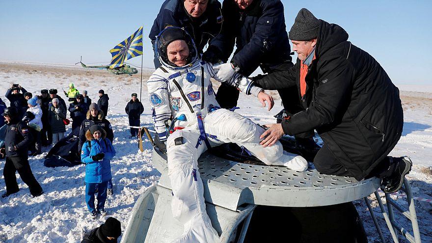Спасатели помогают российскому космонавту Сергею Рязанскому