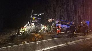 Comboio atinge autocarro escolar e faz pelo menos três mortos