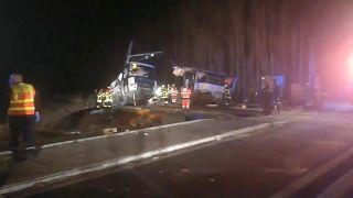 Zug rammt Schulbus: 4 Kinder und Jugendliche sind tot, mehr als 20 verletzt