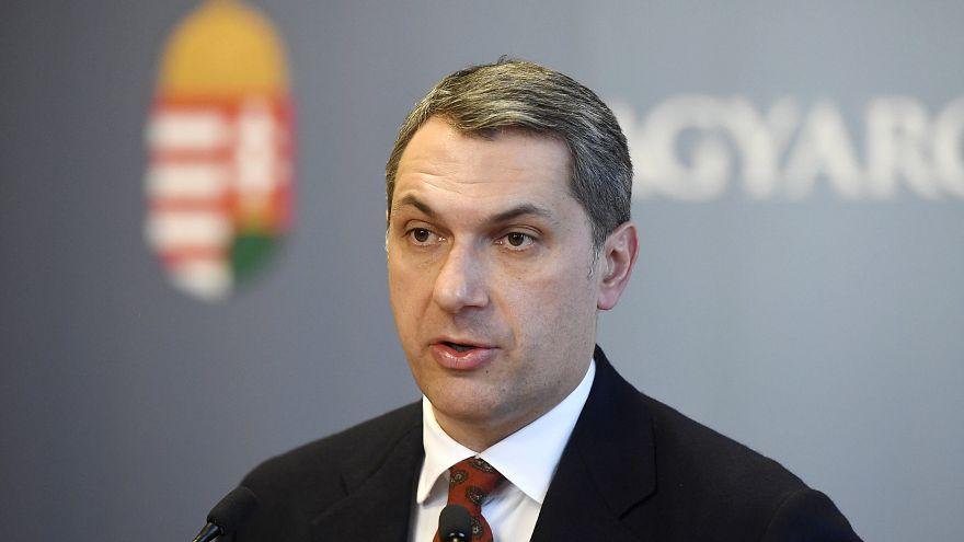 Lázár János szokásos heti sajtótájékoztatóját tartja az Országházban