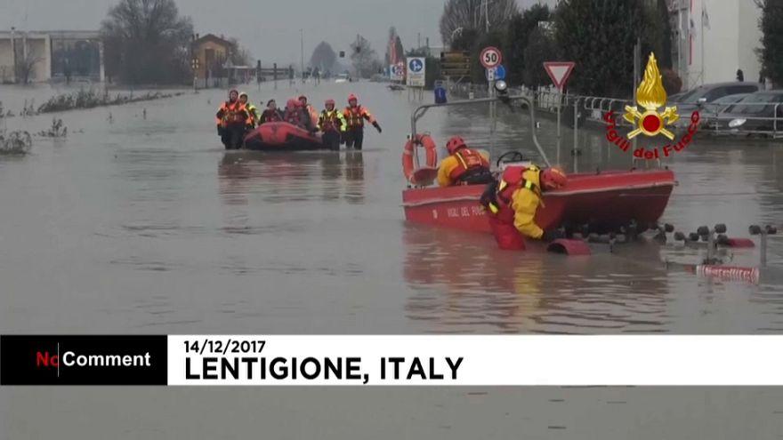 Les pompiers italiens bravent les inondations