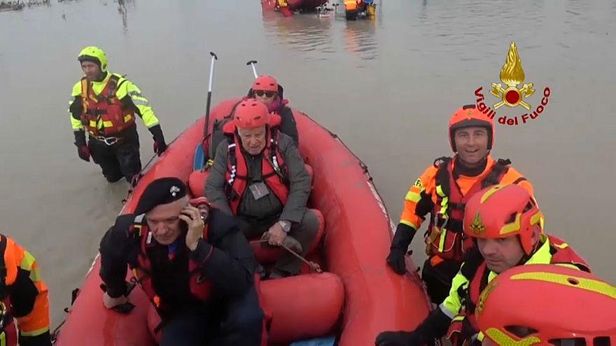 Пожарные эвакуируют пострадавших от наводнения