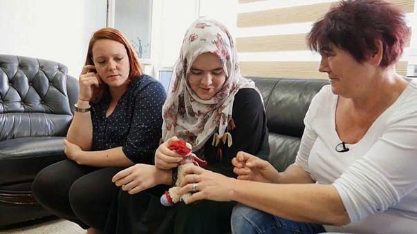 المراهقة الألمانية ليندا وينزل تلتقي والدتها وأختها في العاصمة بغداد