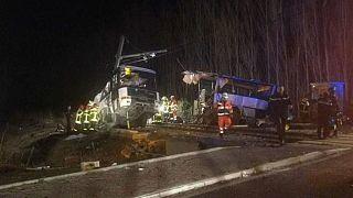 Schwerer Schulbus-Unfall in Frankreich: Ermittler suchen nach Ursache
